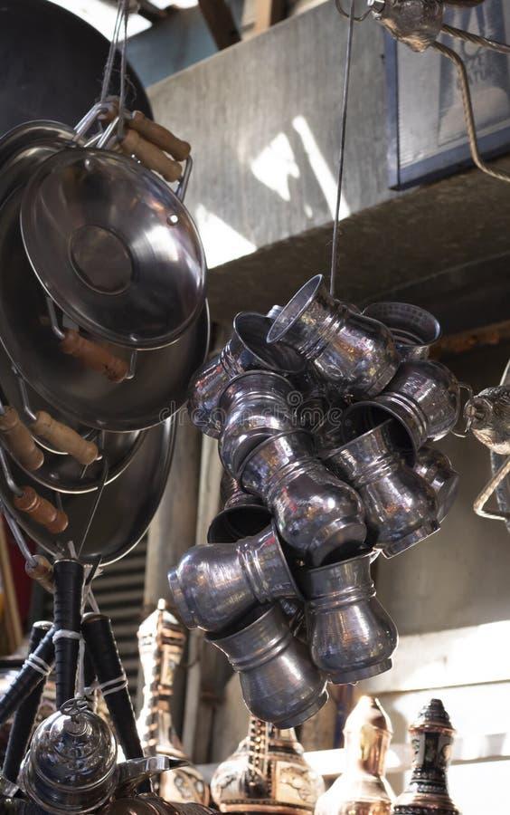 Metaalplaten en pannen die van de karnemelk van de close-upkop hangen stock fotografie