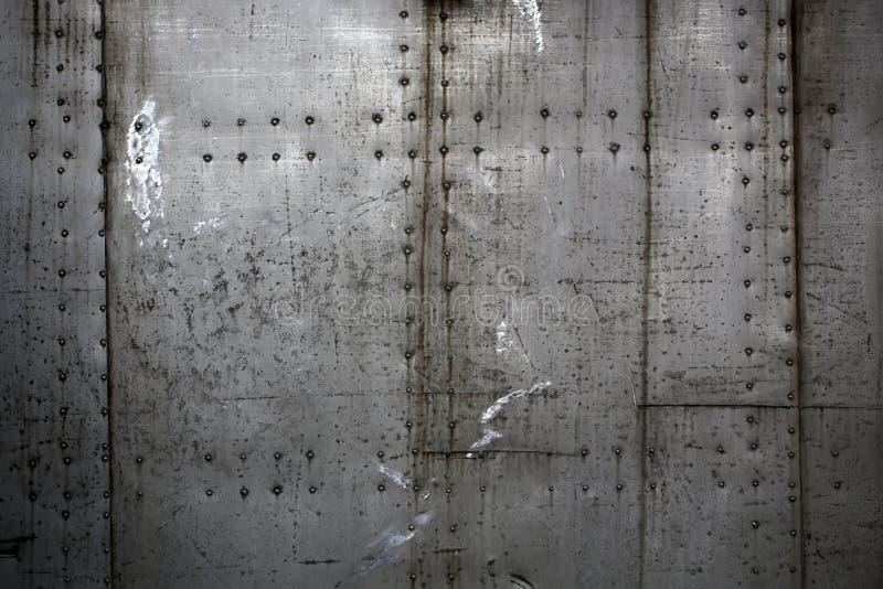 Metaalplaten met klinknagels worden geassembleerd die royalty-vrije stock fotografie