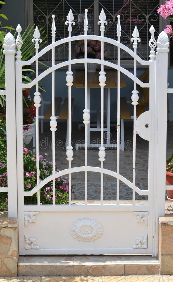 Metaalpoort van privé huis stock afbeelding