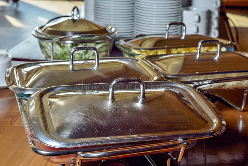 Metaalschotels op een lijst in restaurant royalty-vrije stock afbeeldingen