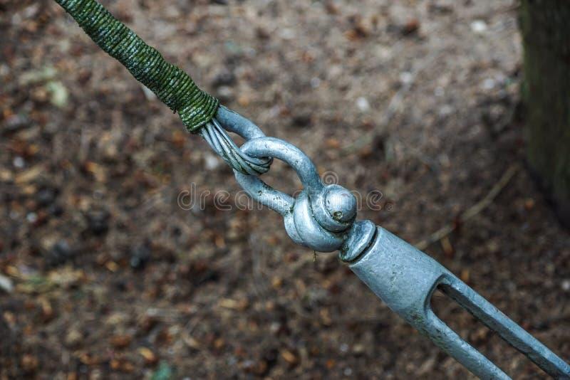 Metaalspanschroeven het vastmaken van kabels met staalstaaf royalty-vrije stock afbeeldingen