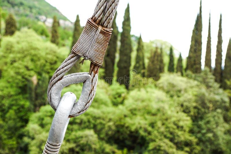 Metaalspanschroeven het vastmaken van kabels met staalstaaf stock foto