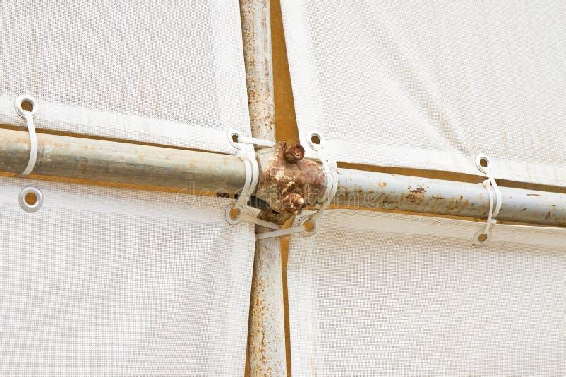 Metaalsteiger met plastic net voor de restauratie van een de bouwvoorgevel in een Italiaanse bouwwerf stock fotografie