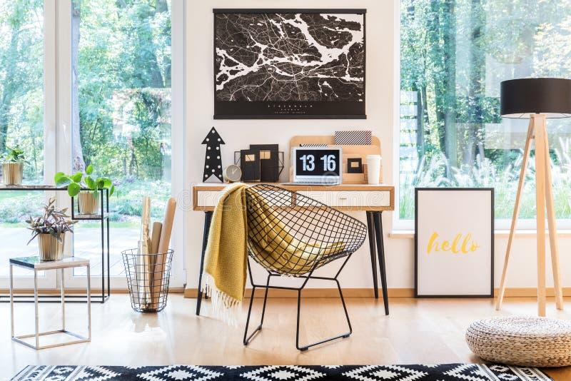 Metaalstoel met deken stock afbeeldingen