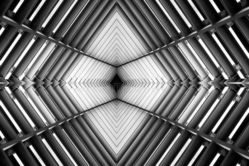 Metaalstructuur gelijkend op ruimteschip binnenlandse zwart-witte foto stock afbeeldingen