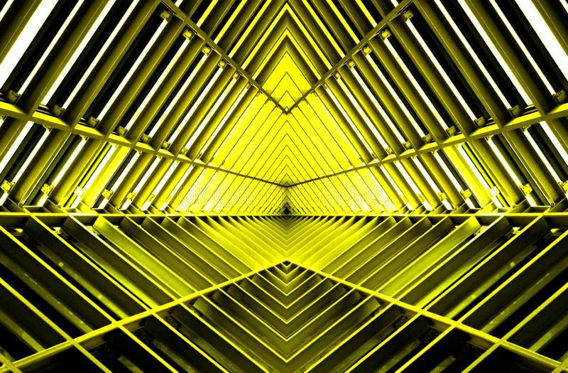 Metaalstructuur gelijkend op ruimteschipbinnenland in geel licht stock afbeeldingen