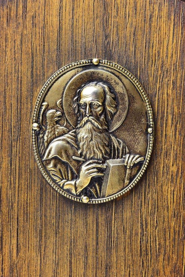 Metaalsymbool van John de Evangelist van oud orthodox die Evangelieboek terug naar 1840 wordt gedateerd stock foto's