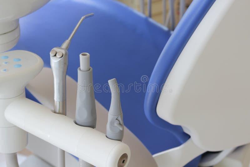 Metaaltandartshulpmiddel in een Tandarts Clinic, gespecialiseerd materiaal royalty-vrije stock afbeeldingen