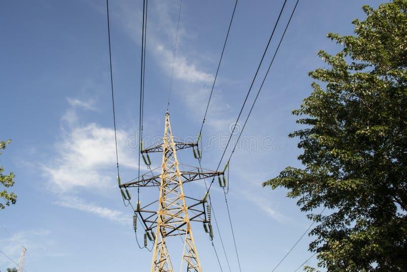 Metaaltoren met hoog voltage tegen de hemel stock fotografie