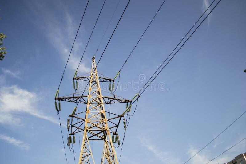 Metaaltoren met hoog voltage tegen de hemel stock foto
