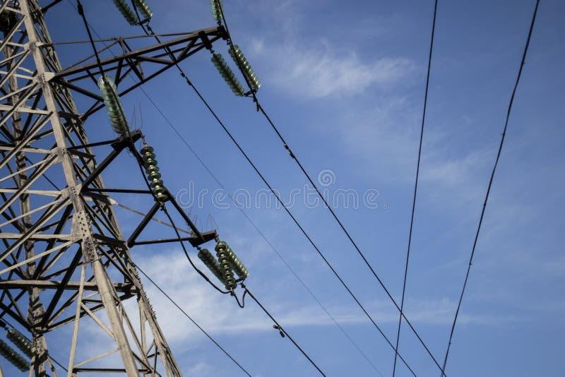 Metaaltoren met hoog voltage tegen de hemel stock foto's