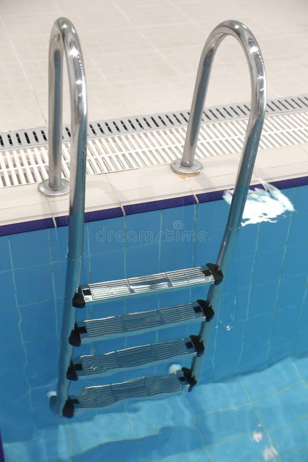 Metaaltrap in de pool stock afbeelding