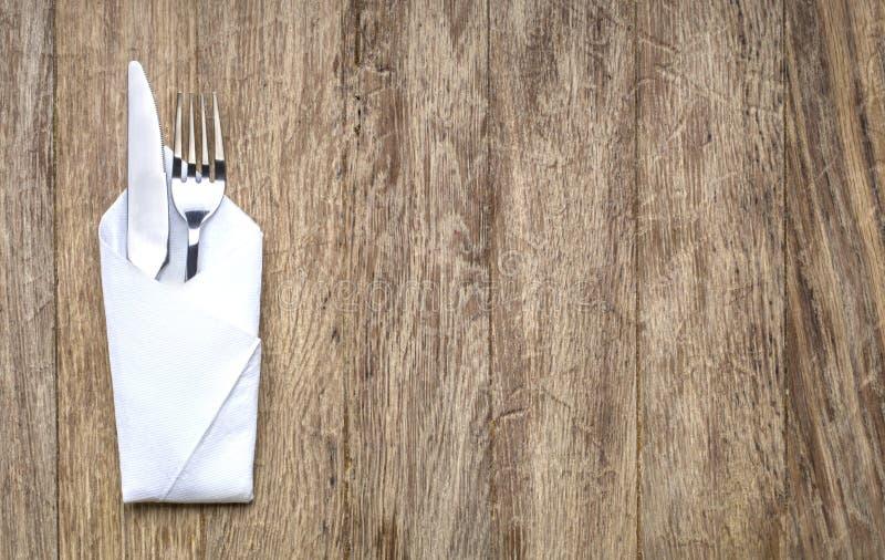 Metaalvork en mes op houten lijst royalty-vrije stock afbeelding