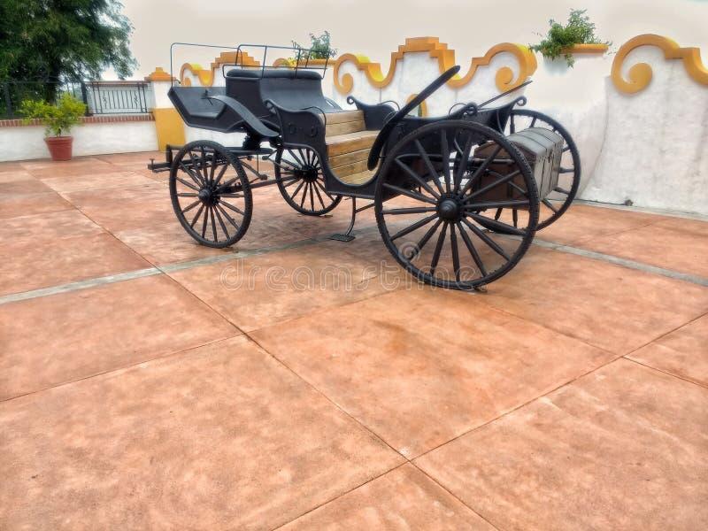 Metaalwagen naast een cementmuur royalty-vrije stock afbeeldingen