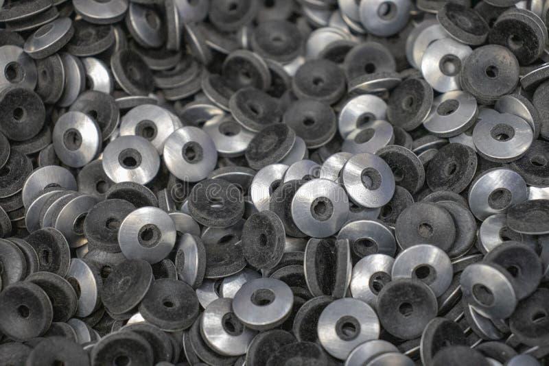 Metaalwasmachines Grover onder het chroom van notenbouten stock fotografie