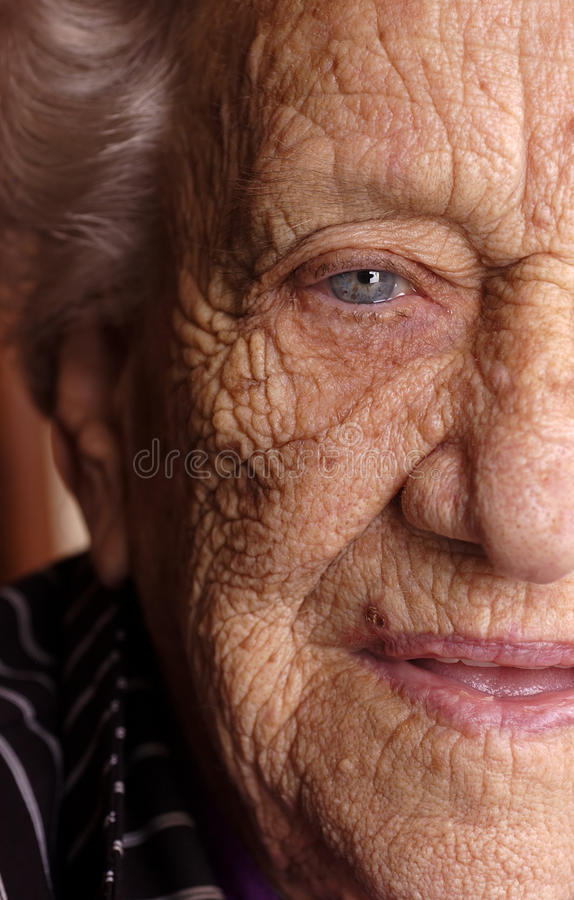 Metade da face do mulheres idosas foto de stock