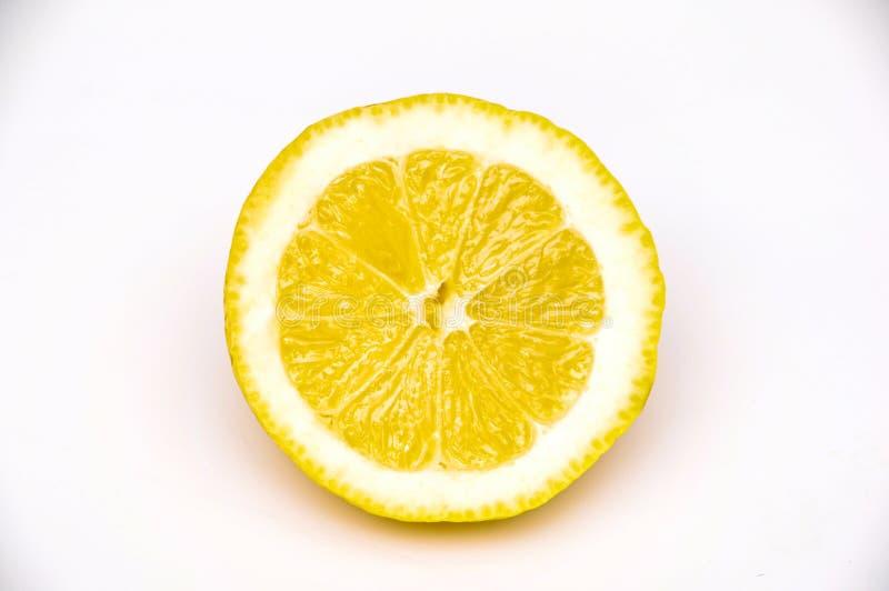 A metade da fatia suculenta mesma amarela do limão isolou-se fotografia de stock