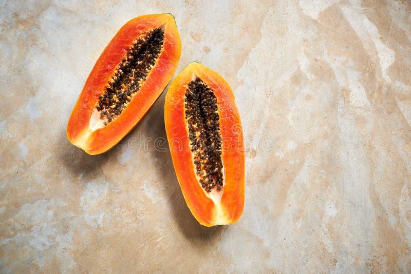Metade de Ripe Papaya e Passion Fruit com Saco imagem de stock
