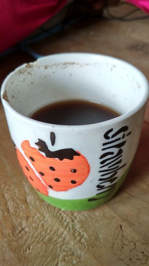 Metade do copo de chá enchida com o chá preto fotos de stock royalty free