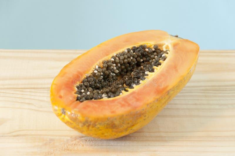 Metade do fruto da papaia fotografia de stock