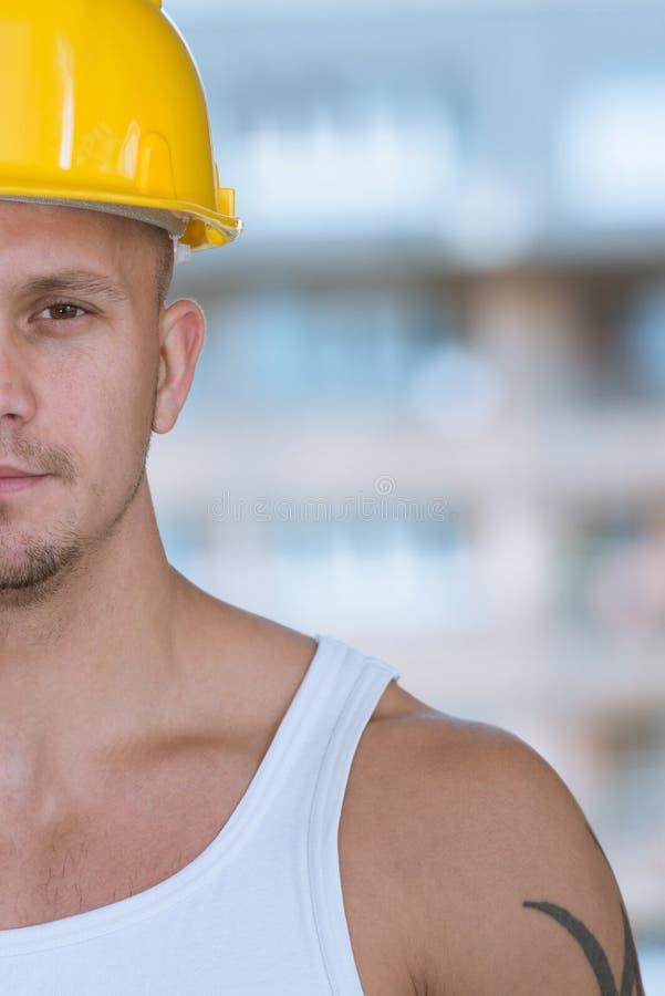 Metade do retrato da cara do trabalhador novo fotos de stock