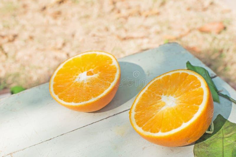 Metade dois das laranjas na tabela fotografia de stock