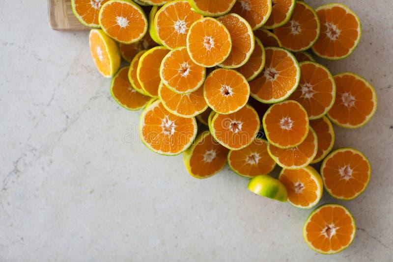 Metade dos mandarino na tabela fotos de stock