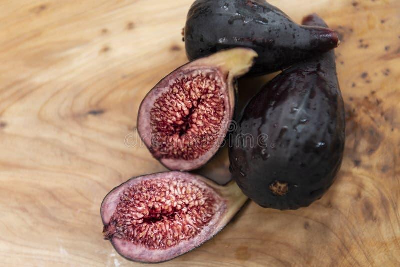 A metade fresca orgânica cortou o fruto doce roxo do figo fotos de stock royalty free