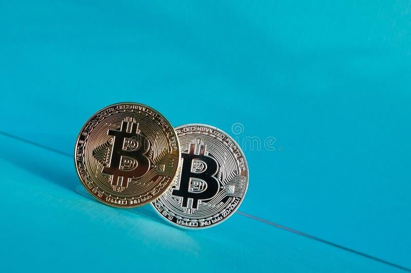 Metade guld- och silverbitcoins royaltyfri bild