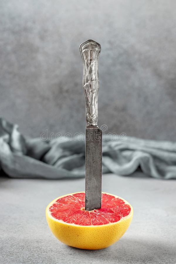 Metade madura de citrinos de toranja cor-de-rosa na tabela de pedra Sl fotos de stock royalty free