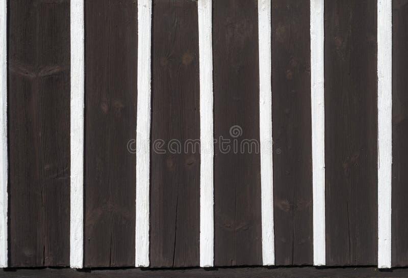 Metade que suporta a madeira branca do preto do teste padrão da textura do detalhe da parede da arquitetura fotos de stock royalty free