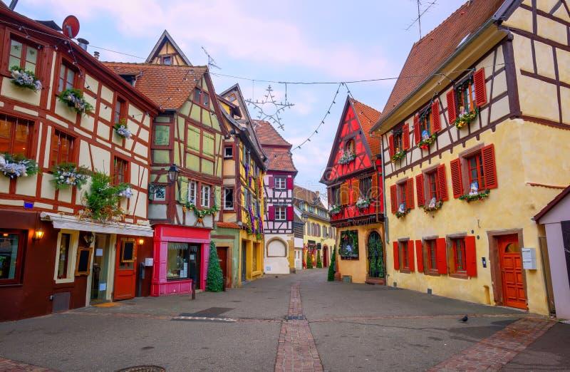 A metade tradicional suportou casas em Colmar, Alsácia, França imagens de stock
