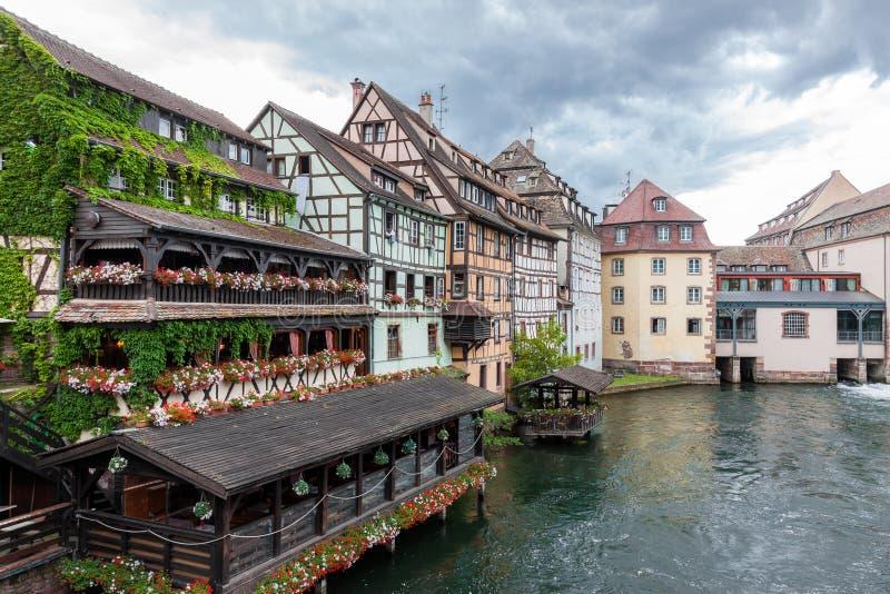 A metade tradicional suportou casas no La Petite France de Strasbourg foto de stock