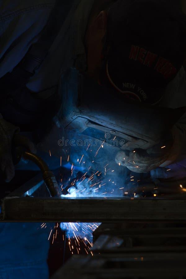 Metalúrgico em uma oficina fotografia de stock royalty free