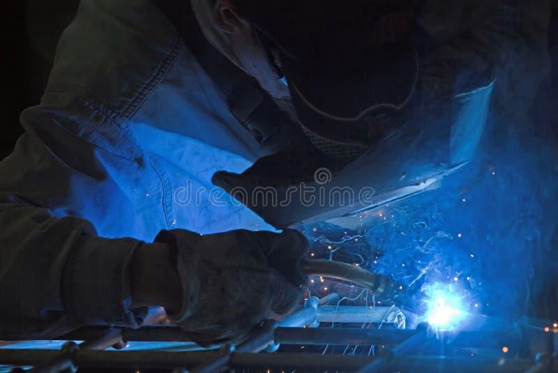 Metalúrgico em uma oficina imagens de stock royalty free
