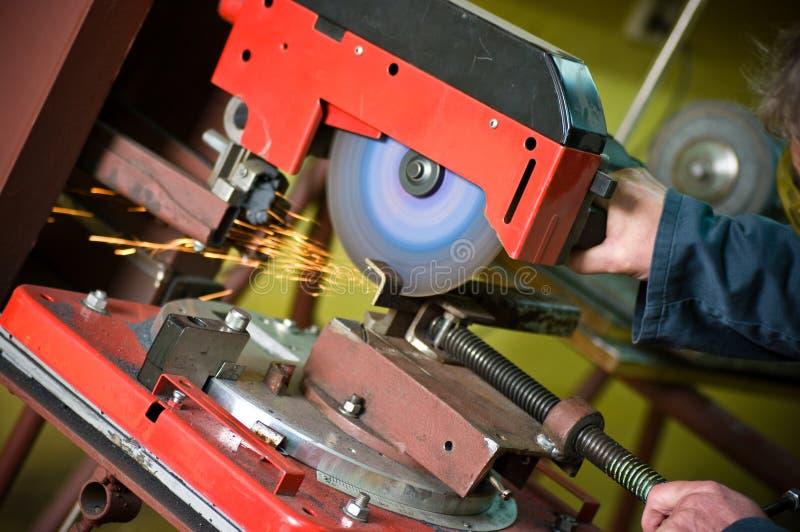 Metalúrgico que corta a serra giratória do detalhe do metal foto de stock