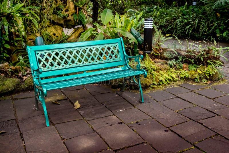Metal ławka na betonowej podłoga zdjęcie royalty free