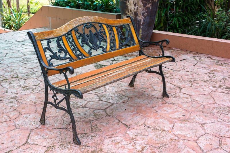Metal ławka w ogrodowym tle obrazy royalty free