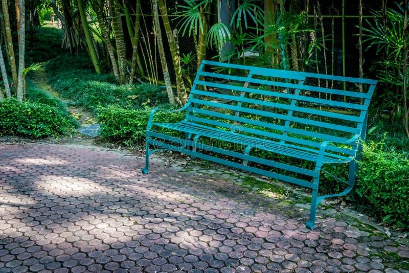 Metal ławka w parku zdjęcie stock