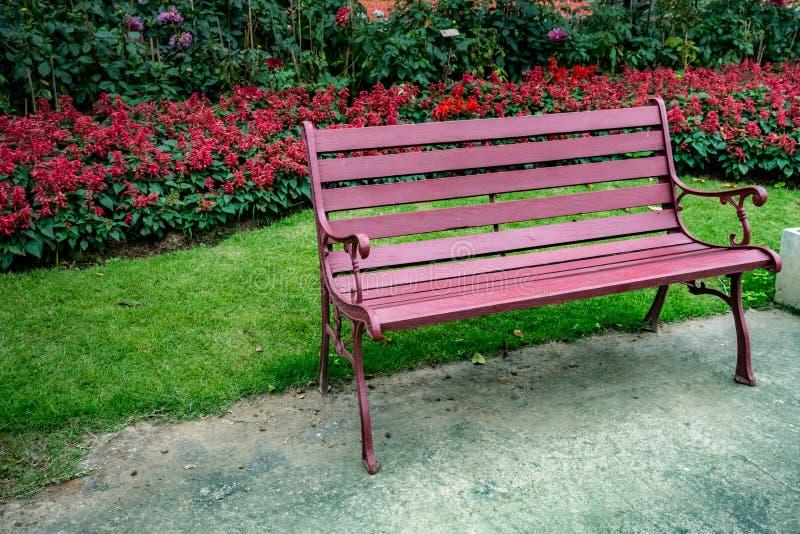 Metal ławka w parku zdjęcie royalty free