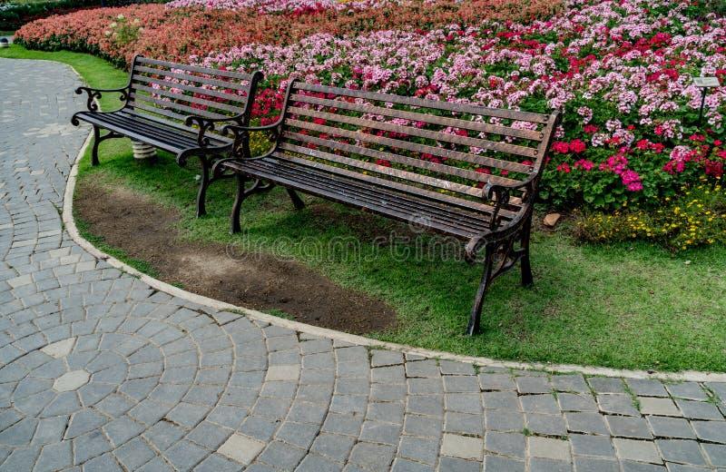 Metal ławka w parku obrazy royalty free