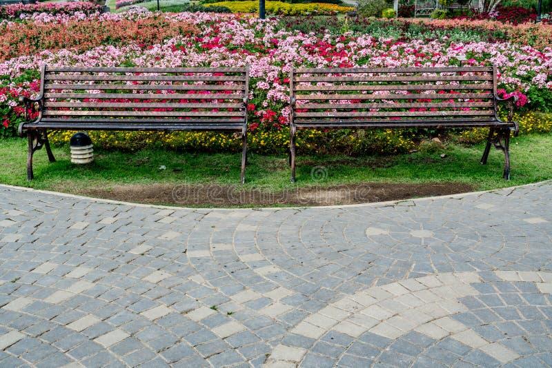 Metal ławka w parku zdjęcia royalty free