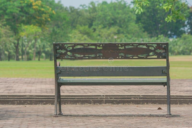 Metal ławki stalowy staromodny krzesło na betonowej podłoga z zielonym naturalnym tłem obrazy stock