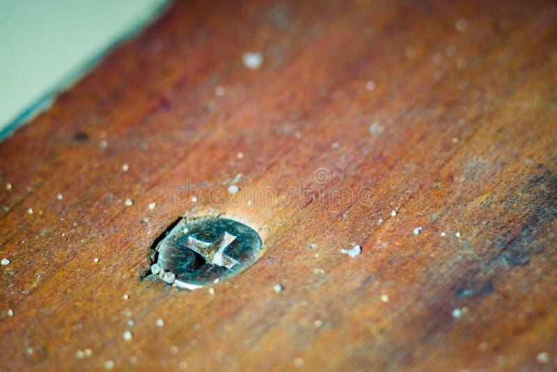 Metal śruba śrubował w drewnianą ławkę fotografia stock