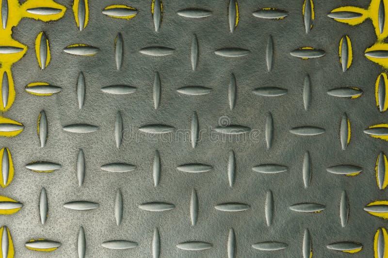 Metal żłobiący talerz z żółtym podstrzyżeniem obraz royalty free