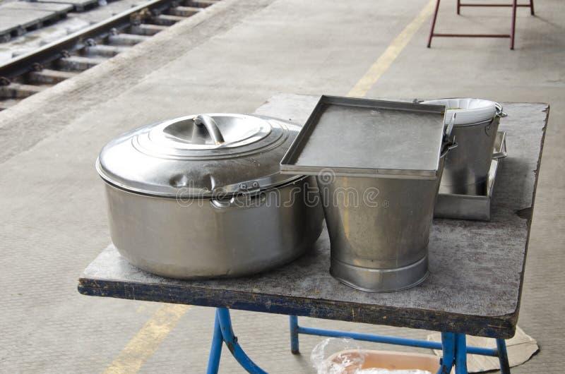 Metal бак и ведро для еды в вокзале, Индии стоковая фотография rf