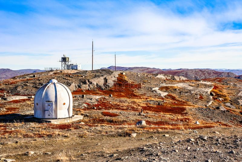 Metal бункер с метеорологической станцией и осенью greenlandic или стоковые изображения rf