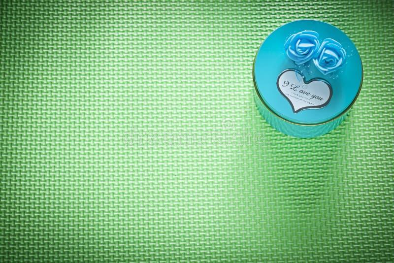 Metal голубая круглая присутствующая коробка на зеленом cele космоса экземпляра предпосылки стоковые изображения rf