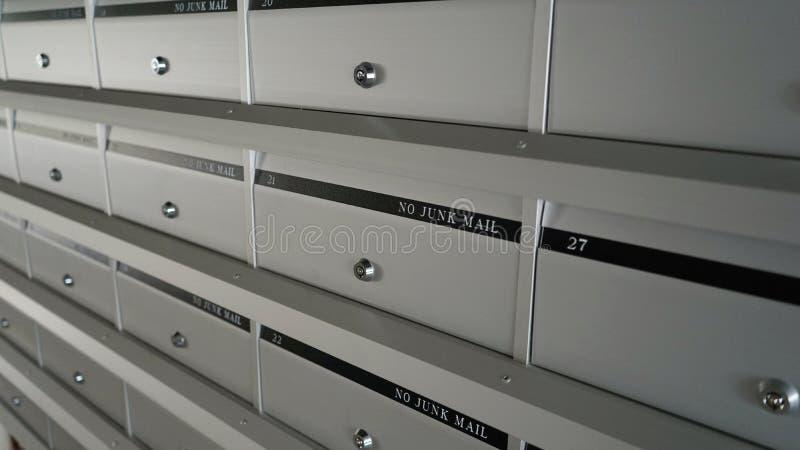 Metal запертые новые почтовые ящики в строках на входе здания стоковые изображения rf