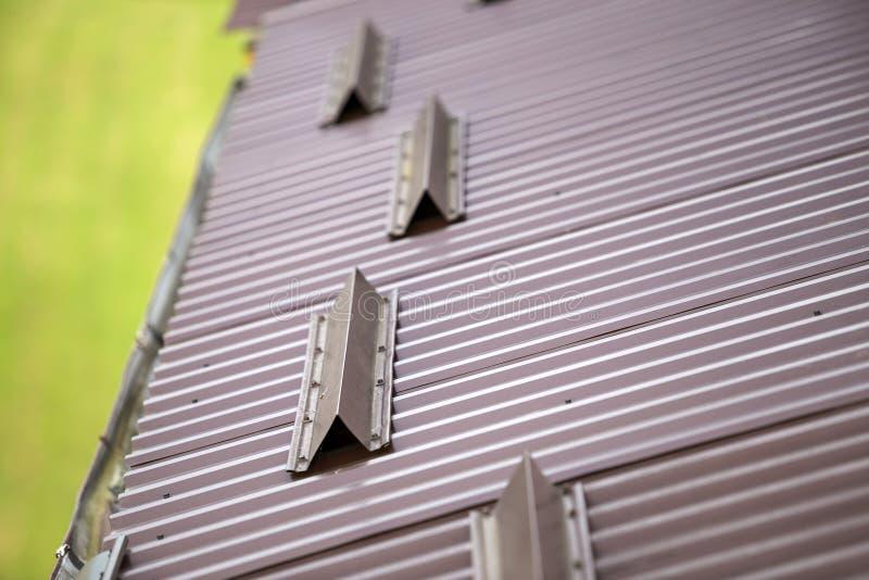 Metal коричневая поверхность крыши дома tiling гонта, труба сточной канавы дождя и загородка предохранителей снега защитная стоковое изображение rf